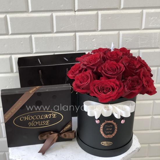 alanya Çiçek Kutuda 15 Gül ve Çikolata