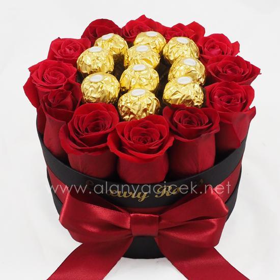 alanya Çiçek Kutuda 12 Gül ve Çikolata
