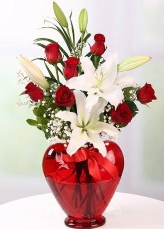 Alanya çiçekçi Kalp Vazo 7 Gül Lilyumlar