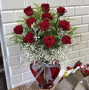 vazo İçerisinde 5 kırmızı gül Kalp Vazoda 11 Kırmızı Gül