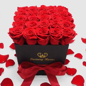 kalp vazoda 11 kırmızı gül Kare Kutuda 25 Güller