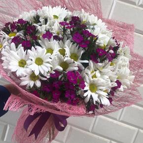 3 gül ve papatyalar Renkli Kır Çiçekleri Buketi