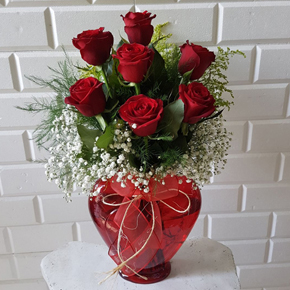 vazo İçerisinde 5 kırmızı gül Kalp Vazoda 7 Kırmızı Gül